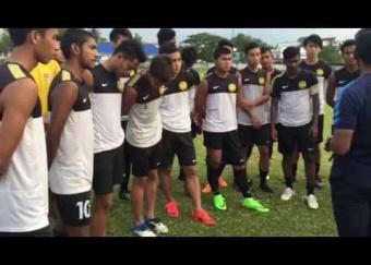 Sesi latihan Harimau Muda C di Stadium Tentera, Laos (1 September 2015)